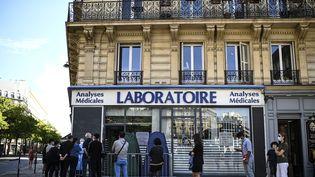 Des personnes patientent devant un laboratoire pour réaliser un test PCR, le 4 septembre à Paris. (CHRISTOPHE ARCHAMBAULT / AFP)