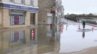 À Saintes, en Charente-Maritime, la Charente a atteint 5,90 mètres. Météo-France prévoit de nouvelles précipitations durant le week-end du samedi 6 au dimanche 7 février. (France 3)