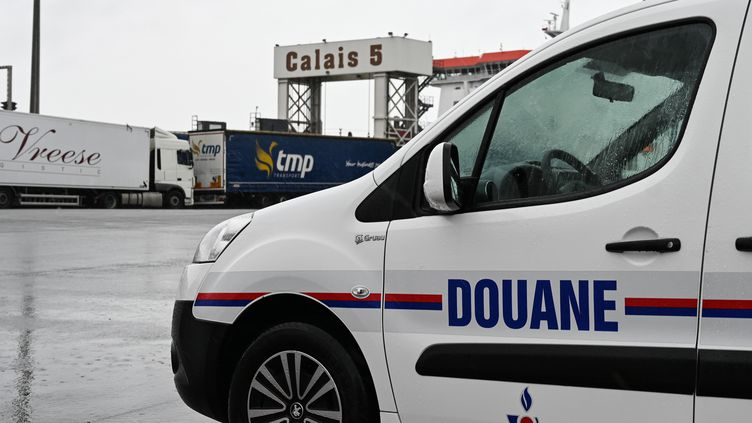 Un véhicule de la douane sur le port de Calais (Pas-de-Calais). (DENIS CHARLET / POOL)