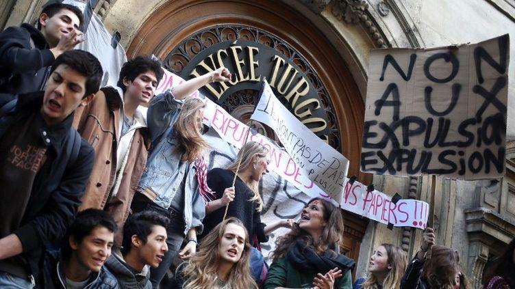 Des lycéens protestent contre les expulsions de leurs camarades étrangers, le 17 octobre 2013 devant le lycée Turgot, à Paris. (KENZO TRIBOUILLARD / AFP)