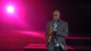 Le musicien camerounais Manu Dibango, décédé le 24 mars 2020 à Paris, sur la scène du stade Léopold Sédar Senghor à Dakar, au Sénégal, le 10 décembre 2010. (SEYLLOU DIALLO / AFP)