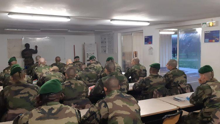 Les nouvelles recrues de la légion étrangère en cours de français à la ferme de Bel Air, près de Castelnaudary. (FRANCK COGNARD / RADIO FRANCE)