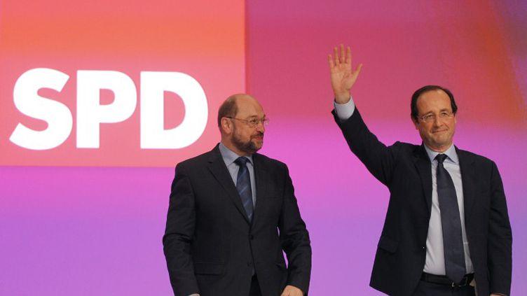 François Hollande devant le congrès du Parti social-démocrate, au côté de l'Alllemand Martin Schulz, le 5 décembre 2011 à Berlin. (PATRICK KOVARIK / AFP)