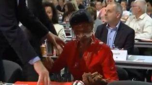 """Sahra Wagenknecht, députée allemande du parti """"Die Linke"""", a reçu un gâteau en pleine figure lors d'un congrès du parti à Magdebourg (Allemagne), samedi 28 mai 2016. (REUTERS / FRANCETV INFO)"""