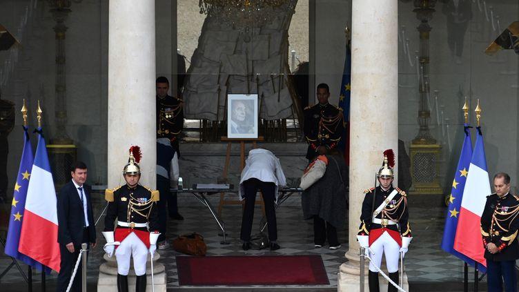 Des citoyens rendent hommage à Jacques Chirac, à l'Elysée (Paris), le 27 septembre 2019. (DOMINIQUE FAGET / AFP)
