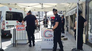 Des policiers gardent des barrages à l'entrée de la zone rouge de Biarritz, le 23 août 2019. Le coeur de la ville est barricadé pour le G7. (BENJAMIN  ILLY / RADIO FRANCE)