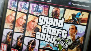 Des exemplaires du jeu Grand Theft Auto 5 (GTA V), lors de son lancement, à Londres (Royaume-Uni), le 17 septembre 2013. (LEON NEAL / AFP)