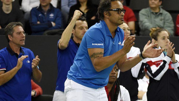 Yannick Noah sur la chaise de l'équipe de France de Fed Cup (JEAN-PHILIPPE KSIAZEK / AFP)