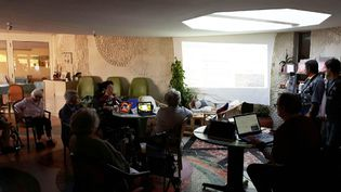 Les résidents de la maison de retraite de Baignes-Sainte-Radegonde, près d'Angoulême, s'initient à Internet. Objectif : rompre avec l'isolement. (JÉRÔME JADOT / RADIO FRANCE)