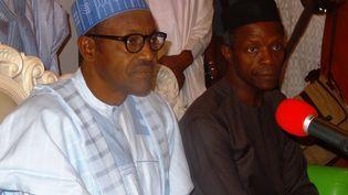 Dès sa première élection à la tête du Nigeria en 2015, le président Buhari (à gauche) avait trouvé en Yemi Osinbajo un allié fidèle. (AMINU ABUBAKAR / AFP)
