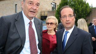 L'ancien président Jacques Chirac (à g.) et sa femme Bernadette, aux côtés de François Hollande, le 11 juin 2011, à Sarran (Corrèze). (JEAN-PIERRE MULLER / AFP)