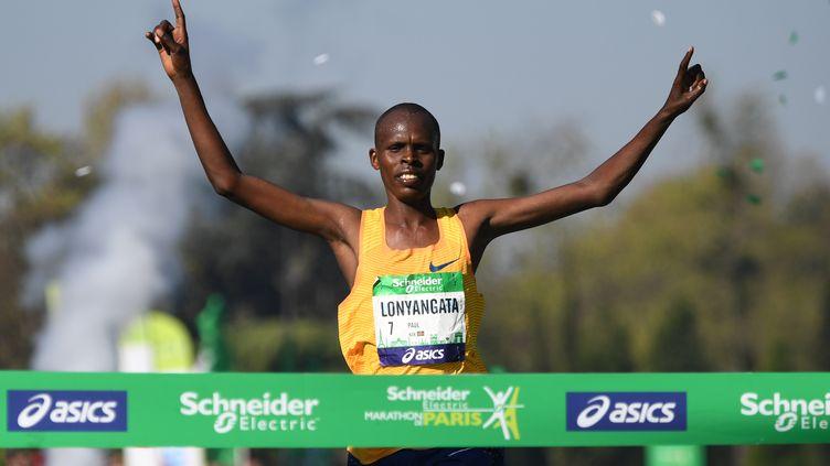Le vainqueur du marathon de Paris 2017 Paul Lonyangata (ERIC FEFERBERG / AFP)