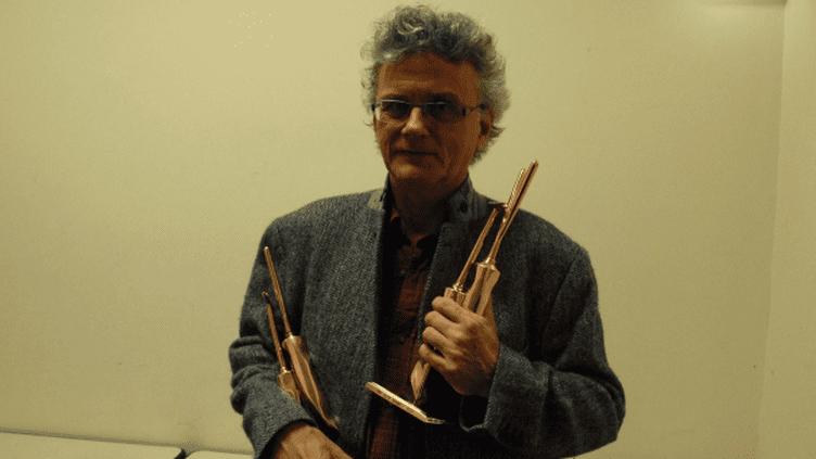 Gérard Mordillat et ses deux trophées au 25e FIPA  (Pierre Bachelot)