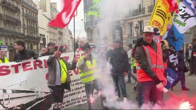"""Retraites : grévistes et """"gilets jaunes"""" dans la rue"""