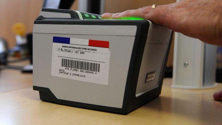 Un homme donne ses empreintes digitales lors de la création d'un passeportbiométrique, le 16 juin 2009 à Marseille (Bouches-du-Rhône). (TSCHAEN / SIPA)