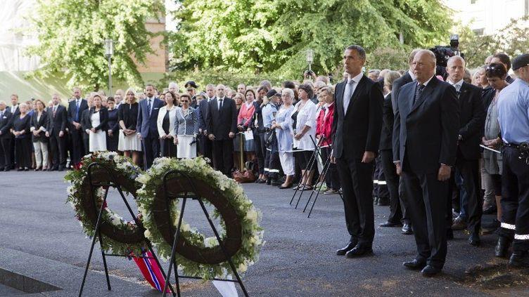 Le Roi de Norvège Harald V (à droite) et le Premier ministre Jens Stoltenberg, le 22 juillet 2012 à Oslo (Norvège). (ROALD BERIT / POOL)