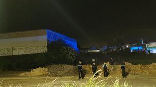 De nombreux gendarmes, secondés une partie de la soirée par la police nationale, ont passé la nuitsur place. (THOMAS NOUGAILLON / RADIO FRANCE)