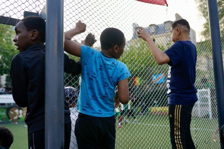 Des jeunes spectateurs lors de la CAN de la Goutte d'Or, à Paris, le 1er juillet 2021. (PIERRE-LOUIS CARON / FRANCEINFO)