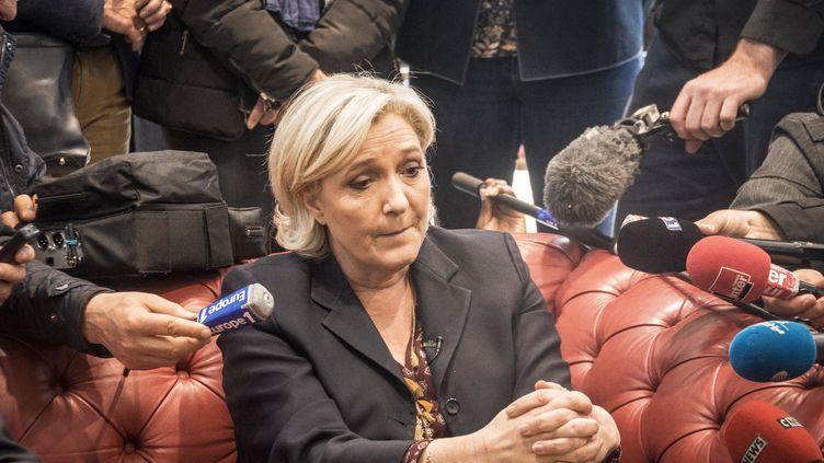 Marine Le Pen, lors d'une visite dans une entreprise à Dol-de-Bretagne (Ille-et-Vilaine), le 4 mai 2017. (JEAN CLAUDE MOSCHETTI / REA)