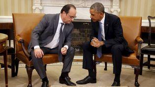 François Hollande discute avec Barack Obama lors d'une rencontre à Washington (Etats-Unis), le 24 novembre 2015. (CARLOS BARRIA / REUTERS)