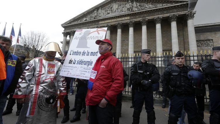 Les ouvriers métallurgistes d'ArcelorMittal devant l'Assemblée, lemercredi 28 novembre à Paris. ( JACKY NAEGELEN / REUTERS )