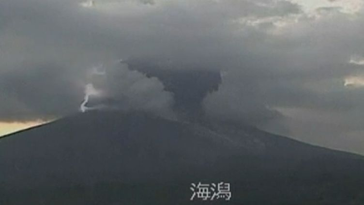 Le volcan Sakurajima(Japon) lors d'un orage, le 24 juillet 2012. (REUTERS / FTVI)