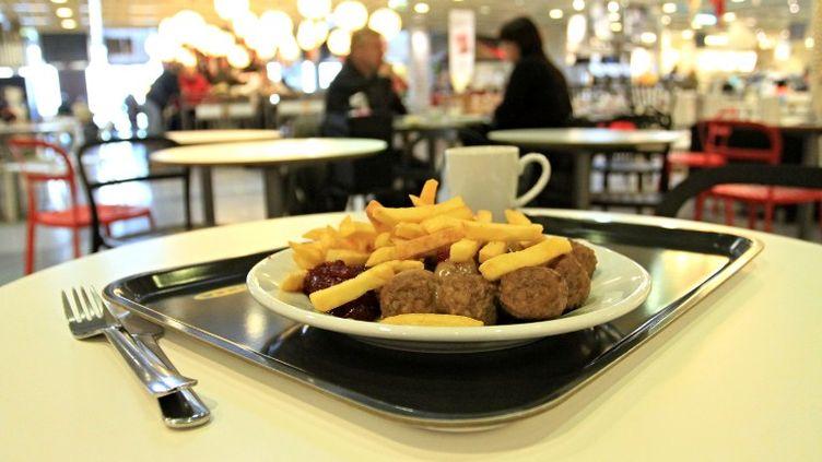 Un plat de boulettes de viande servi dans un restaurant du groupe suédois Ikea, à Brno (République tchèque), le 25 février 2013. (RADEK MICA / AFP)
