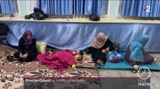 Des Palestiniens, forcés de quitter leur domicile en raisons des frappes aériennes palestiniennes. (France 2)