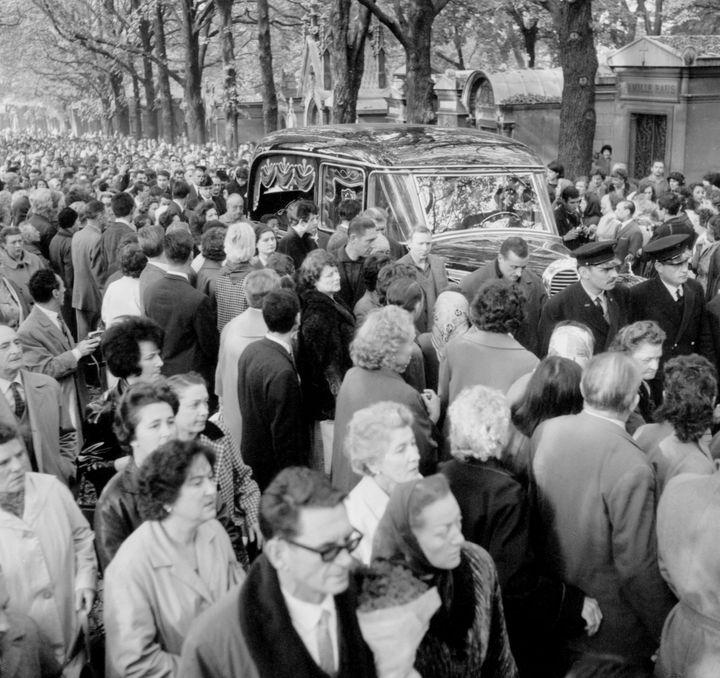 Le convoi funéraire d'Edith Piaf entouré par la foule au cimetière parisien du Père Lachaise, le 14 octobre 1963. (AFP)