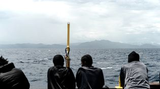 """Des migrants sur l'""""Aquarius"""", prise le 14 juin 2018. (MEDECINS SANS FRONTIERES / AFP)"""