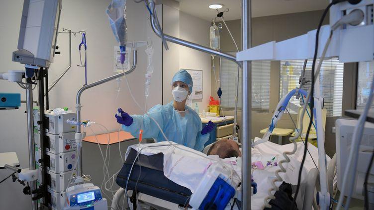 Une infirmière s'occupe d'un patient atteint du Covid-19, le 2 février 2021, à Marseille (Bouches-du-Rhône). (NICOLAS TUCAT / AFP)