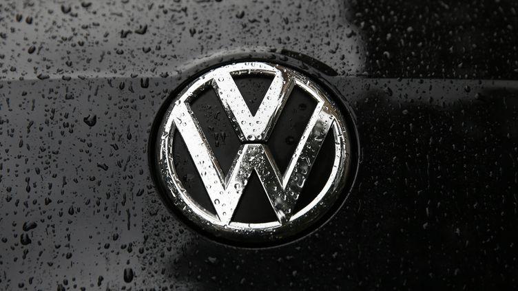 Le logo du constructeur automobile Volkswagen sur une Passat, à Londres (Royaume-Uni), le 22 septembre 2015. (REUTERS)