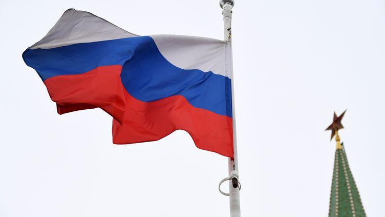 Le drapeaurusse flotte devant une des hautes tours du Kremlin, à Moscou. Photo d'illustration (KIRILL KUDRYAVTSEV / AFP)