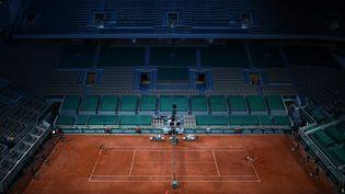 Le court Philippe-Chatrier à Roland-Garros, dans la soirée du 7 juin 2021. (CHRISTOPHE ARCHAMBAULT / AFP)