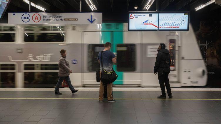 Des passagers sur le quai du RER A, le 22 octobre 2018 à Gare de Lyon. (ESTELLE RUIZ / NURPHOTO/ AFP)