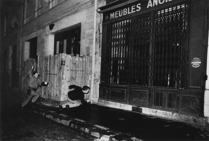 La photo de Gilles Caron, prise le 6 mai 1968 rue du Vieux Colombier, dans le Quartier Latin à Paris. (© GILLES CARON / FONDATION GILLES CARON)
