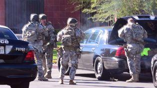 Une équipe de la police d'élite américaine arrive sur le lieu d'une fusillade àSan Bernardino, en Californie (Etats-Unis), le 2 décembre 2015. (DOUG SAUNDERS / SIPA / AP)