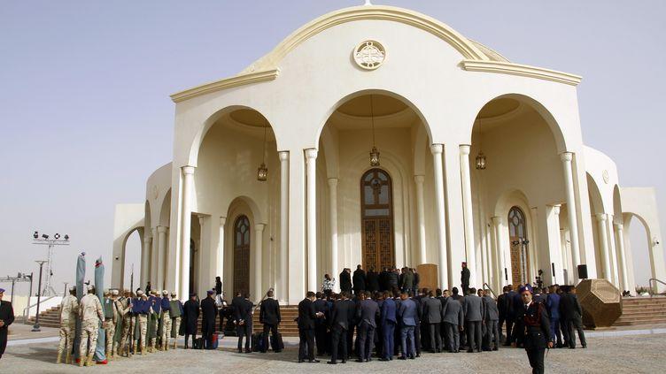 Dans la future capitale administrative et financière égyptienne, des soldats sécurisent l'extérieur de la cathédrale copte orthodoxe de la Nativité, le 6 janvier 2019,en vue deson inauguration officielle par le président Sissi, juste avant la messe deNoël. (AHMED ABDELFATTAH / DPA)