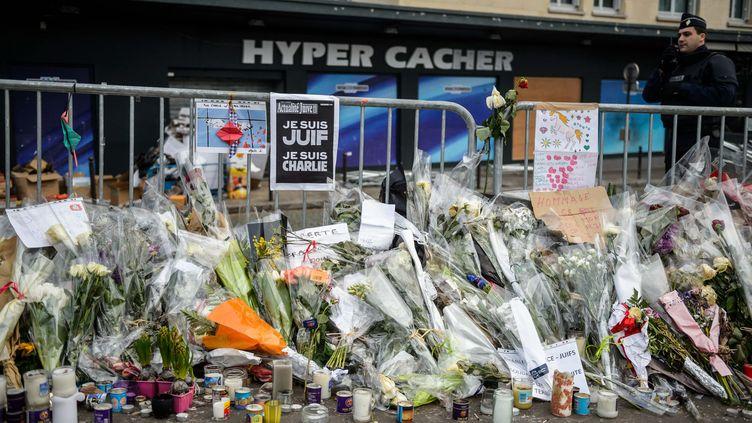 Des fleurs sont déposées le 20 janvier 2015 devant l'Hyper Cacher, à Paris, lieu de la prise d'otages perpétrée par Amedy Coulibaly. (MAXPPP)