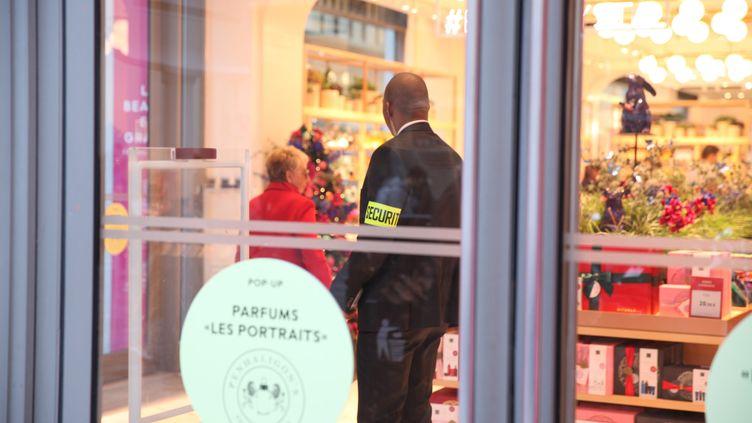 Un vigile à l'entrée d'un grand magasin à Paris le 8 novembre 2018. (MAXPPP)