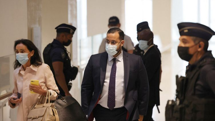 Alexandre Benalla accompagné de son avocate Jacqueline Laffont, au tribunal correctionnel de Paris, le 13 septembre 2021. (THOMAS COEX / AFP)