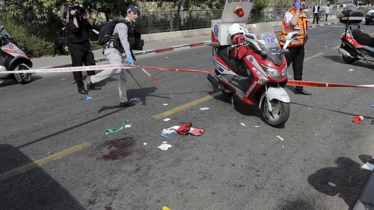 Un cordon de sécurité après l'attaque d'un Israélien, poignardé et gravement blessépar un Palestinien, jeudi 8 octobre 2015 à Jérusalem. (AMMAR AWAD / REUTERS)