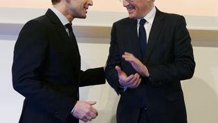 Emmanuel Macron et Jean-Bernard Lévy, le 7 avril 2016 à Paris. (ERIC PIERMONT / AFP)