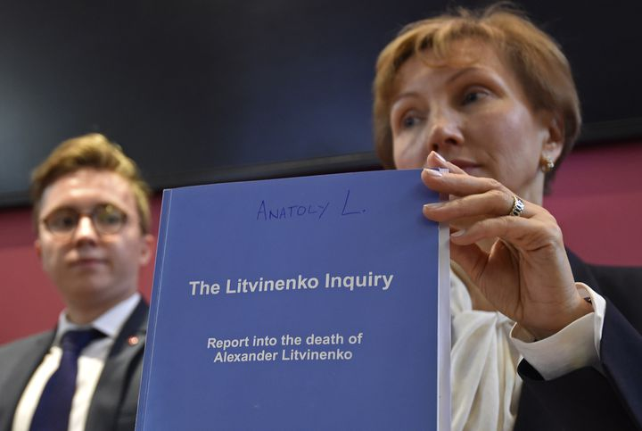 La veuve d'Alexandre Litvinenko, Marina, et leur fils Anatoly présentent une copie du rapport de la justice britannique sur l'assassinat de l'ancien espion russe, le 21 janvier 2016 à Londres. (TOBY MELVILLE / REUTERS)