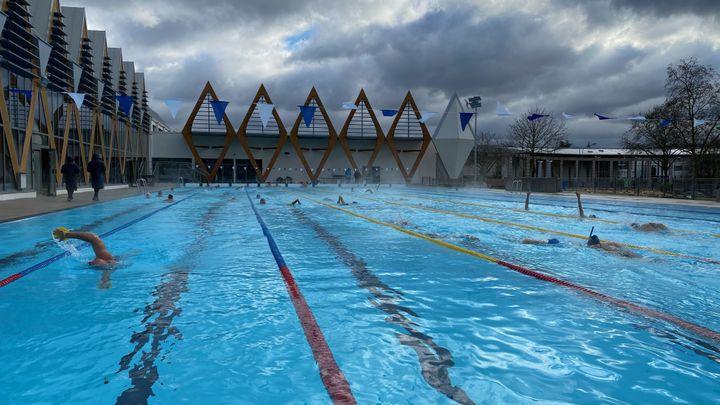 Certains viennent de loin pour profiter de la piscine : Tours, Blois ou encore de la région parisienne. (BORIS LOUMAGNE / RADIO FRANCE)