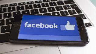 """Facebook a annoncé le 17 mars 2018 avoir """"suspendu"""" Cambridge Analytica, une entreprise accusée d'avoir recueilli sans leur consentement les informations personnelles de millions d'usagers du réseau social. (MAXPPP)"""