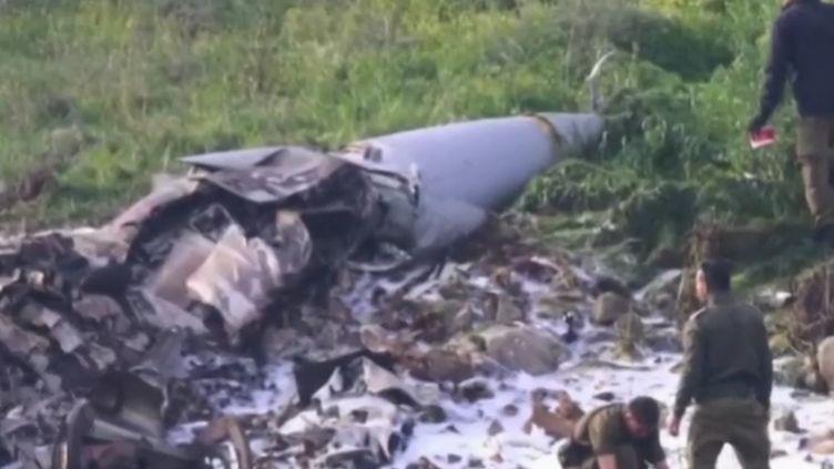 La tension monte entre Israël et l'Iran. Ce samedi 10 février au matin, un F-16 israélien s'est écrasé dans le nord de l'État hébreu. L'événement intervient alors que l'armée israélienne procède à des attaques contre des cibles iraniennes en Syrie ; des frappes en réplique à l'intrusion d'un drone iranien sur son territoire. (France 2)