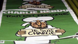 """Un exemplaire de """"Charlie Hebdo"""" dans un centre de distribution,à Nantes (Loire-Atlantique), le 13 janvier 2015. (  MAXPPP)"""
