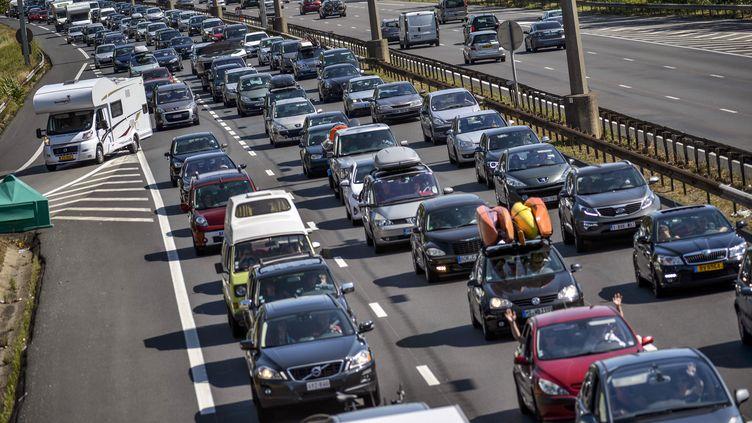 Les embouteillages près de Lyon à la mi-journée le samedi 27 juillet 2013. (JEFF PACHOUD / AFP)