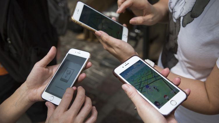 20% des étudiants français passent plus de six heures par jour sur leur smartphone, selon une étude dévoilée par la Smerep. (ISAAC LAWRENCE / AFP)